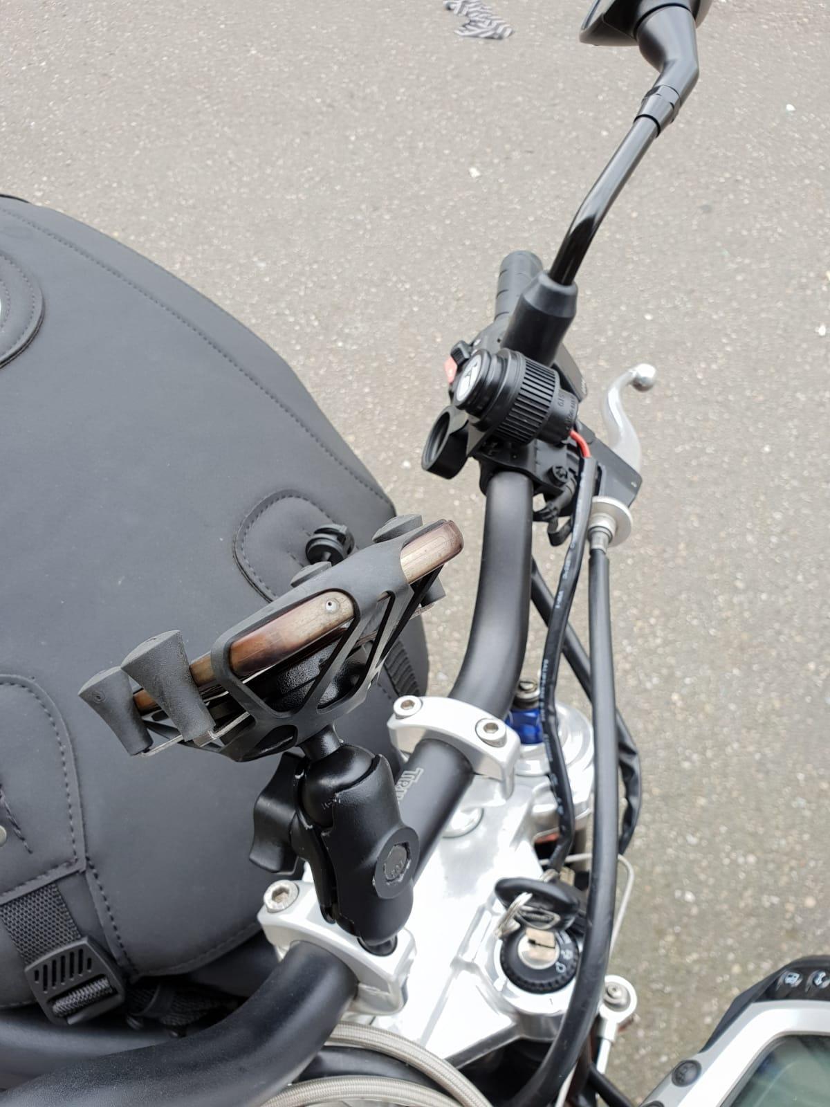 USB lader en telefoonhouder voor op je motor - te vinden bij Fris Motorservice